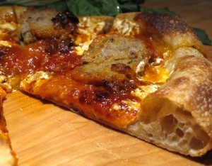 Pizza mit Fleischbällchen und karamellisierten Schalotten