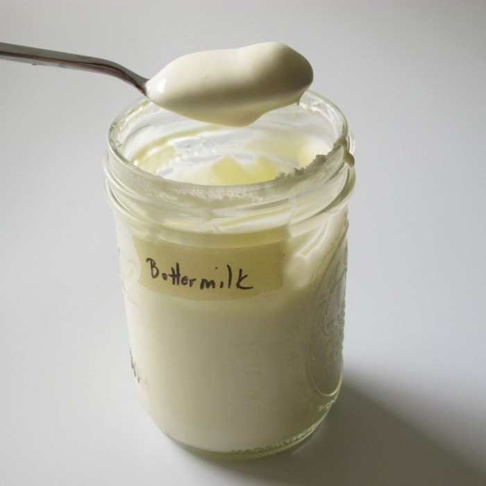 40% Rahm mit Buttermilch kultivieren, bis dieser so dickflüssig ist, dass er gelöffelt werden kann.